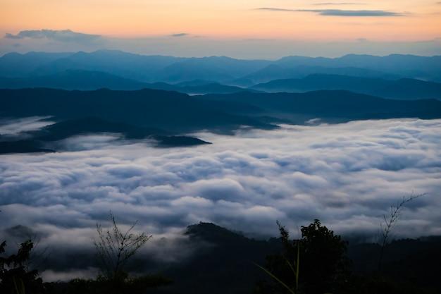 Закат с видом на горы с туманом