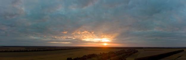 曇り空と夕日のパノラマ