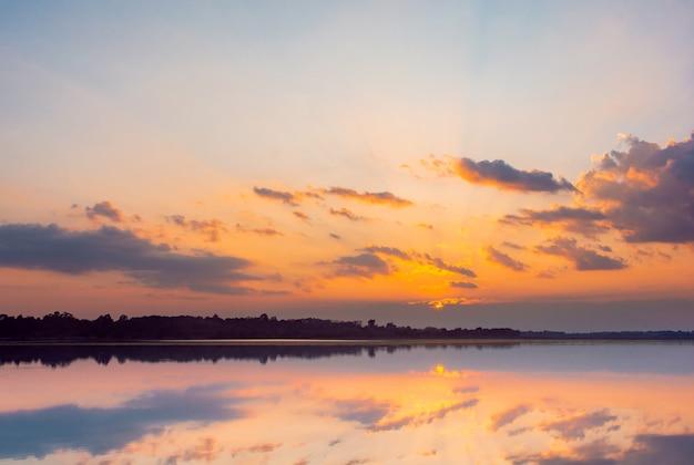 일몰 반사 라군 구름 뒤의 아름다운 일몰과 라군 위의 푸른 하늘