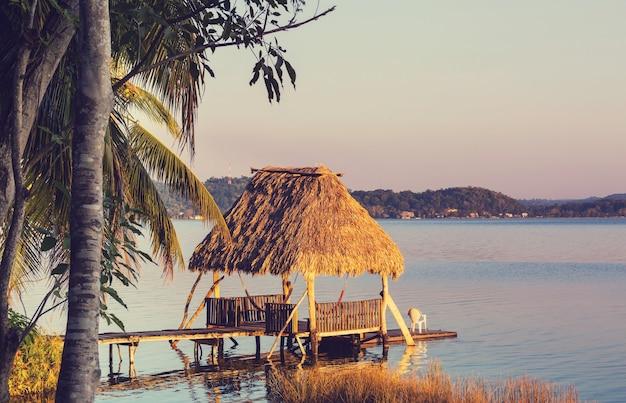 グアテマラのペテンイツァ湖の夕日のシーン。中米。