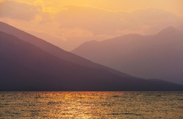 日没時の湖の夕日のシーン