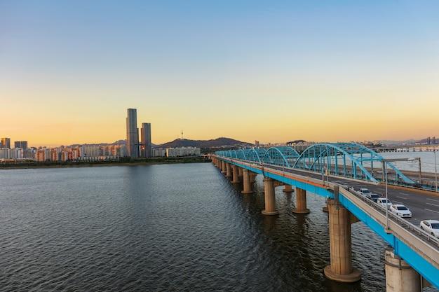 일몰 서울 도시의 스카이 라인과 서울의 동작 대교에서 서울 타워 한강
