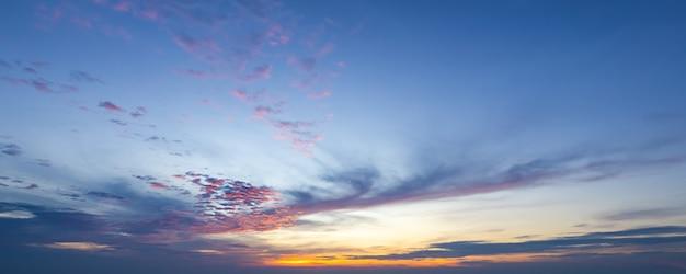 夕焼け空と雲の背景、パノラマ ビュー