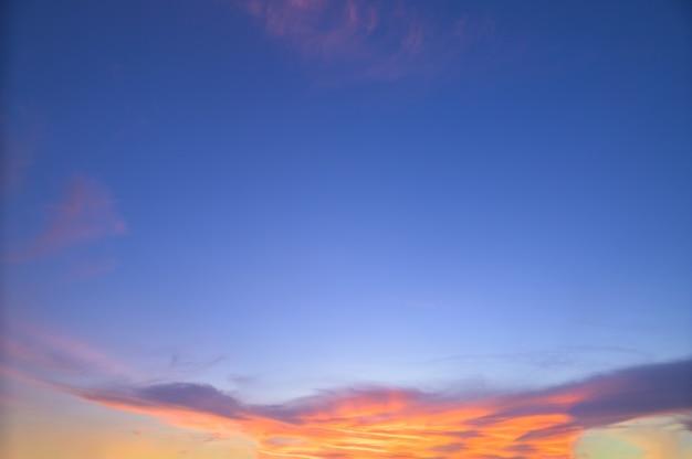 Закатное небо и облака вечером