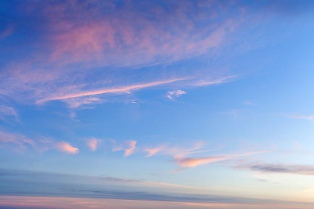 Фон закатного неба с розовыми, фиолетовыми и синими драматическими красочными облаками, обширный пейзаж закатного неба