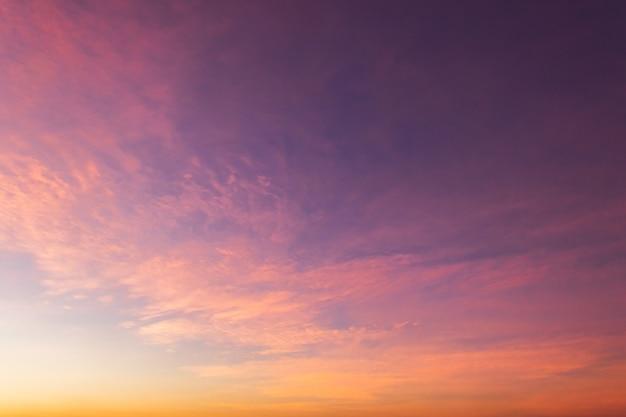 Закатное небо с облаками вечером на сумерках, сумеречное небо.