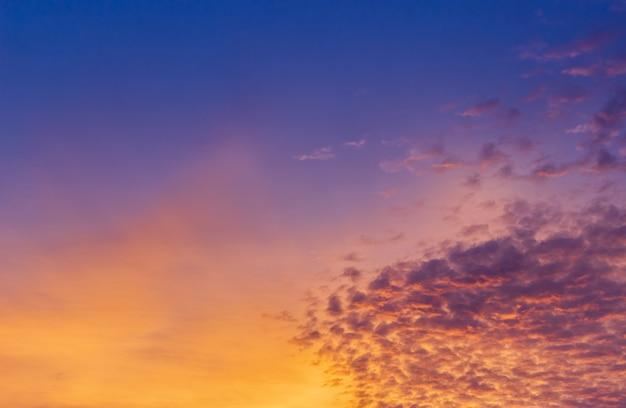 화려한 주황색 햇빛이 있는 황혼의 저녁 노을 하늘 구름