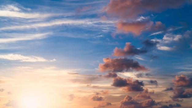 화려한 햇빛, 장엄한 자연 하늘 저녁에 일몰 하늘