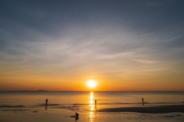 背景のビーチの夕日の空