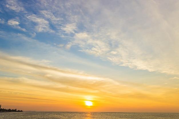 Закатное небо над морем вечером с красочными облаками оранжевый солнечный свет