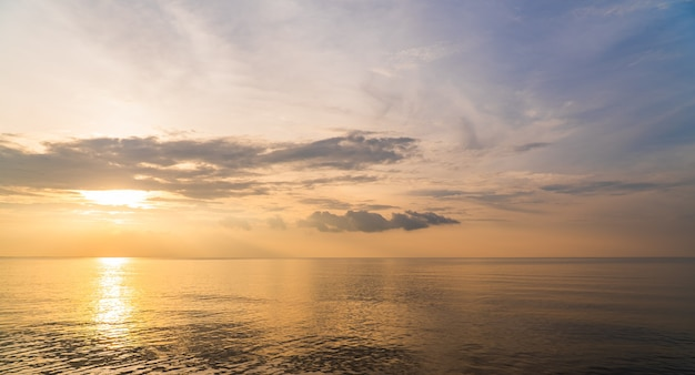 カラフルな太陽光の反射、夕暮れの空と夕方の海に沈む夕日。