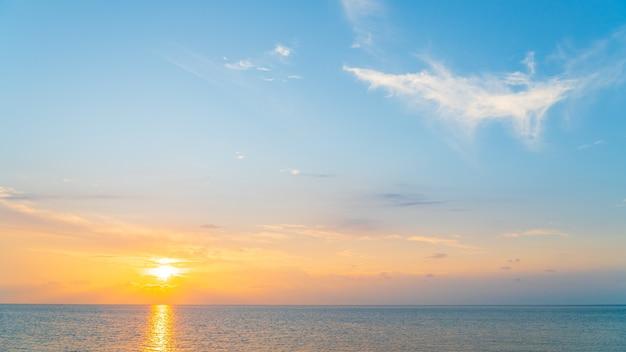 Закатное небо над морем вечером с ярким солнечным светом