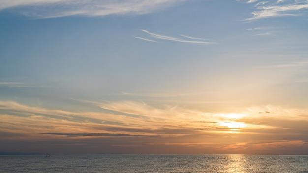 Закатное небо над морем вечером с оранжевым солнечным светом