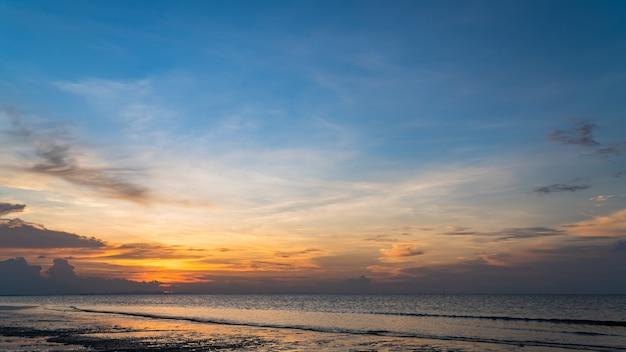 夕方の海に沈む夕日