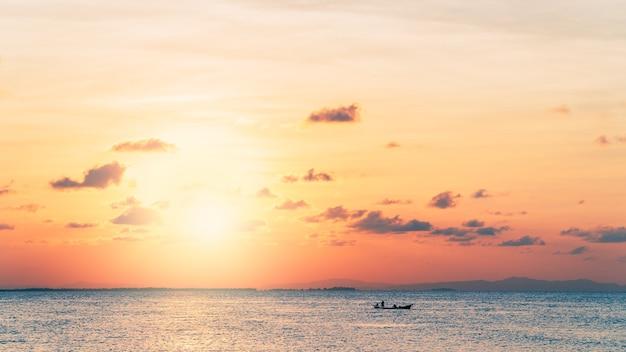 저녁에 바다 위에 일몰 하늘