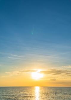 화려한 오렌지 햇빛 저녁에 바다 수직 일몰 하늘