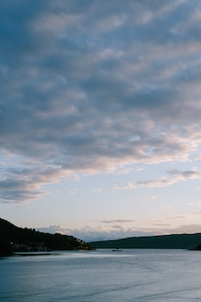Закатное небо над которским заливом в черногории