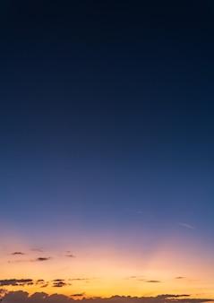 화려한 태양 광선으로 황혼에 저녁에 수직 일몰 하늘