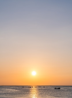 바다 위에 수직 일몰 하늘