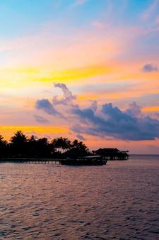 Закат небо с силуэтом острова мальдивы