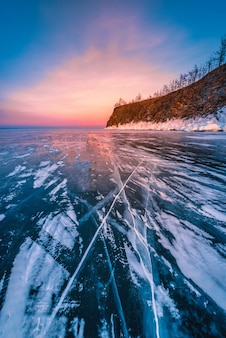 바이칼 호수, 시베리아, 러시아에 얼어 붙은 물 위에 자연 깨는 얼음으로 일몰 하늘.