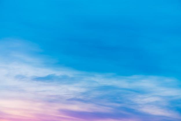 분홍색 라일락 빛 구름과 일몰 하늘입니다.