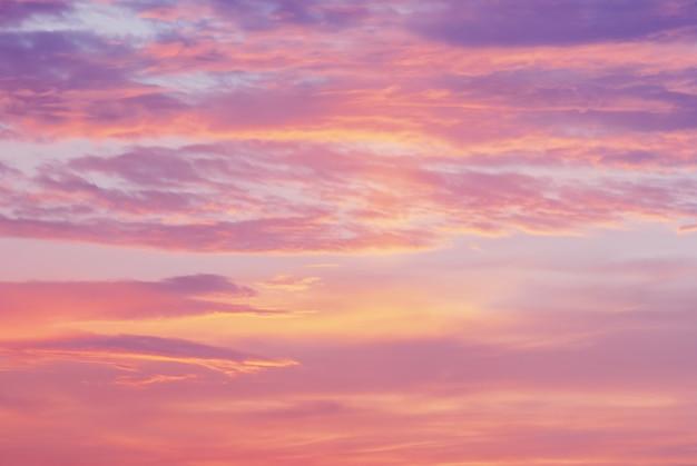 Закатное небо с розовыми фиолетовыми оранжевыми облаками