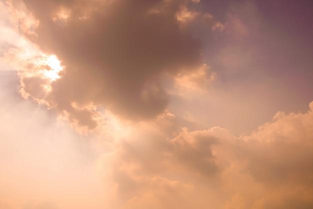 日光の光線と夕焼け空