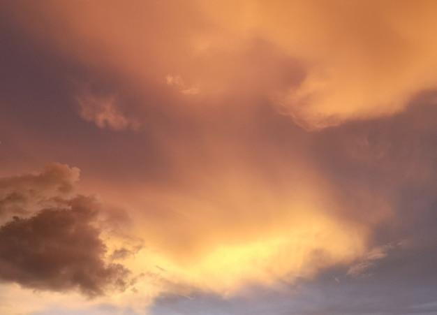 柔らかい黄金色の背景と夕焼け空