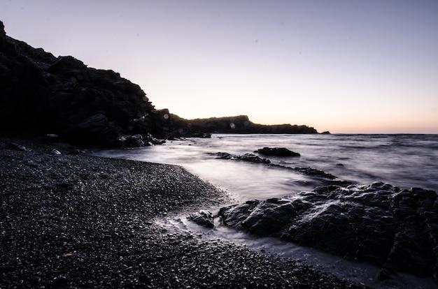 Tramonto in una spiaggia di pietra