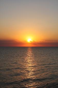 日没。太陽は海の地平線の後ろに沈む。