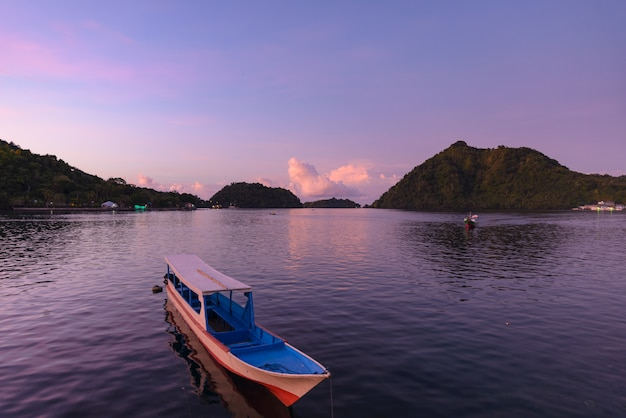 Заход солнца тропического моря деревянный на островах банда. индонезия архипелаг молуккас. лучшее место для путешествий, лучший дайвинг, вулкан.