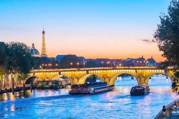 Закат на горизонте парижа с эйфелевой башней во франции