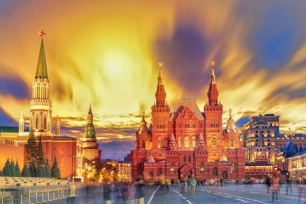 Вид на закат красной площади, московского кремля, мавзолея ленина, исторического музея в россии. всемирно известные достопримечательности москвы для туризма и путешествий.
