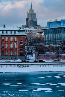 モスクワのスターリン超高層ビルの夕日の眺め。