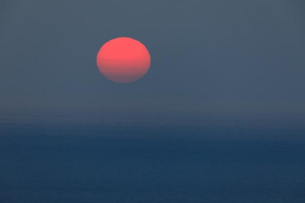 그리스 바다에 지는 태양의 일몰 보기