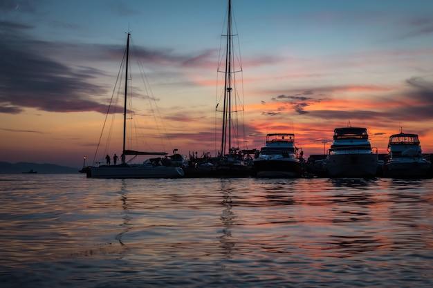 Закат вид яхт, стоящих в гавани
