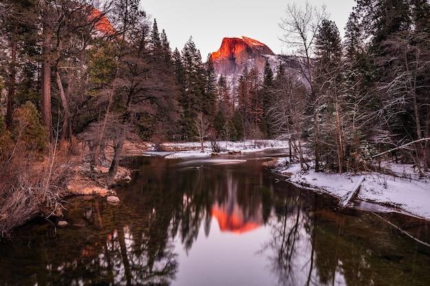Вид на закат на хаф-доум, национальный парк йосемити, калифорния