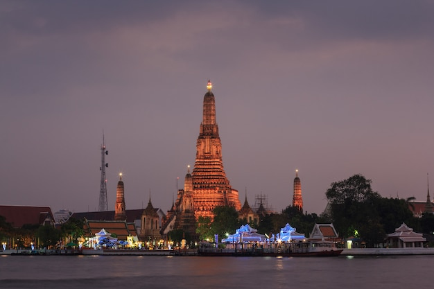 Sunset at wat arun temple (temple of dawn).