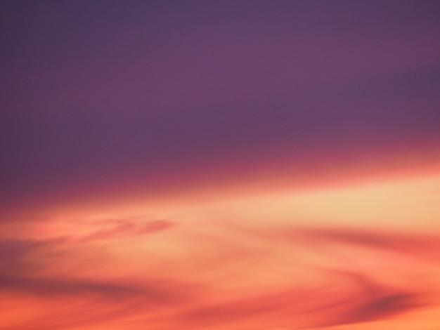 夕日、冬、ピンク紫赤空と雲の背景テクスチャ