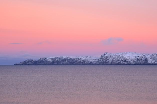 피요르드 위로 놀라운 마젠타 색상의 일몰. teriberka