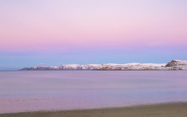フィヨルドの上の素晴らしいマゼンタ色の夕日