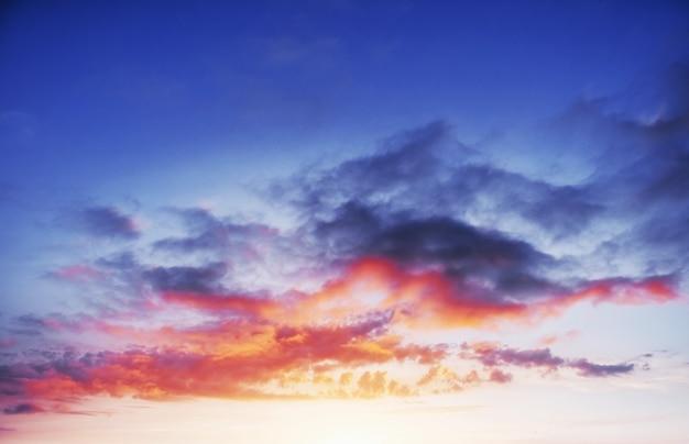 劇的な積雲の雲と夕焼け