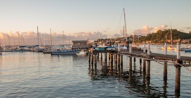 살바도르 바이아 브라질에서 ribeira의 가장자리에 정박하는 요트와 일몰.