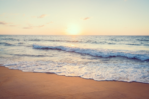 海とビーチに沈む夕日