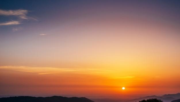 太陽光線、雲と太陽と空と夕日。