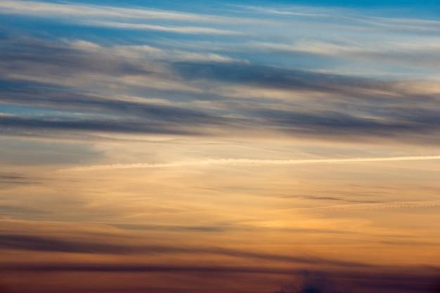 Закат с солнечными лучами, небо с облаками и солнцем.