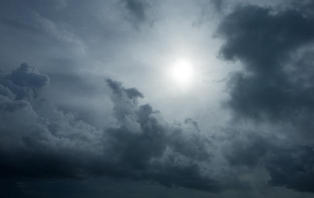 太陽光線のある夕日、雲と太陽のある空。