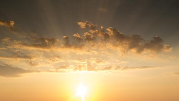 태양 광선이 있는 일몰, 구름과 태양이 있는 하늘
