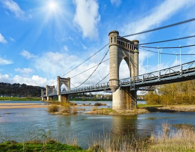 フランス、ランジェのロワール川に架かるペンション橋の上のサンシャイン